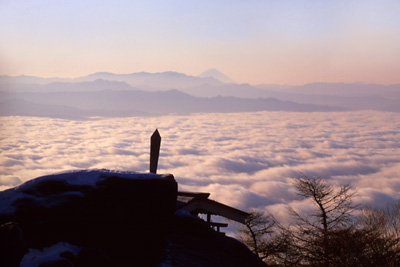 高峯山山頂から望む雲海と富士山